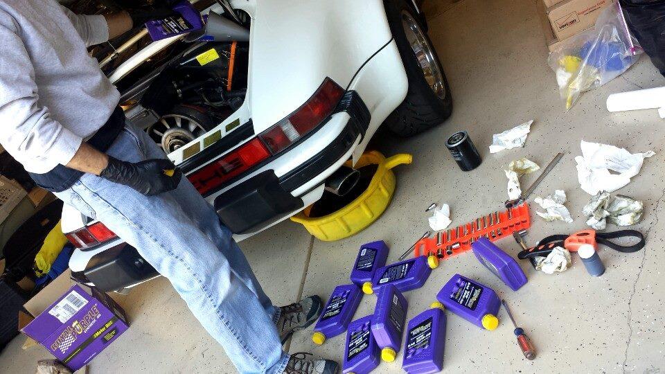 미국인들은 엔진오일을 자가교환하는 분들이 많으시죠~~차량에 주입이 끝난 로얄퍼플 엔진오일의 빈통들이 어지럽게 널려 있는게다소 안쓰럽게 보이기도 합니다 ㅎㅎㅎ사진속의 차량은 포르쉐930 인듯 합니다.페이스북에서 퍼왔습니다.원문 : https://www.facebook.com/OfficialRoyalPurple?sk=wall#!/photo.php?fbid=102024